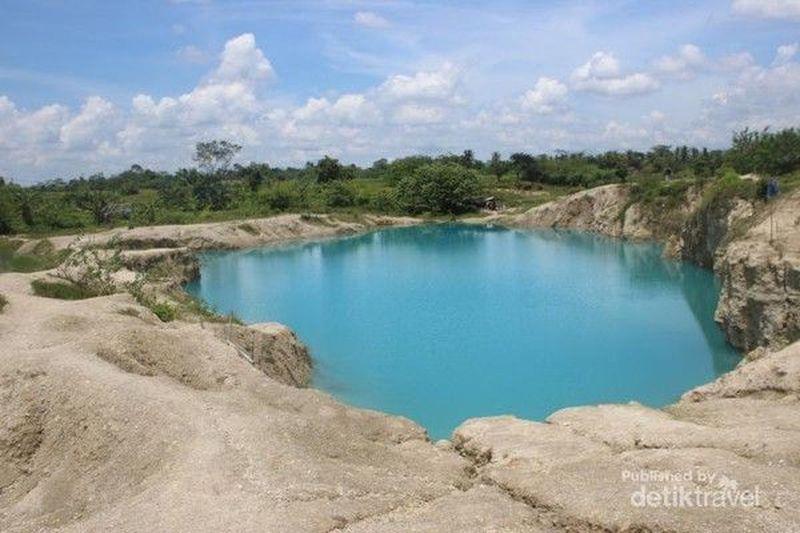 Danau Biru Cisoka terletak di Kampung Cigaru, Desa Cisoka, Kecamatan Cisoka, Kabupaten Tangerang. Danau berair biru ini bekas penggalian 12 tahun lalu dan menjadi atraksi baru di Cisoka. Sudah ke sini? (Hailani Masita/dTraveler)