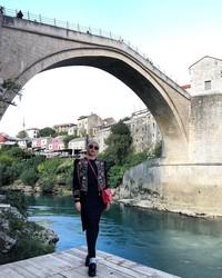 Di Bosnia dan Herzegovina, Uyaina tidak melewatkan objek wisa Stari Most atau yang dikenal sebagai Old Bridge. Inilah salah satu objek wisata paling populer di sana (@uyainaarshad/Instagram)