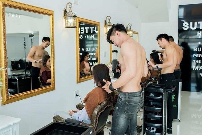 Kapster bertelanjang dada di Sutteerak Hair Salon. Foto: Facebook My Sweetie
