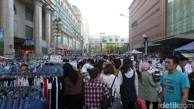 Suasana ramai pasar malam di sekitar hotel (Wahyu/detikTravel)