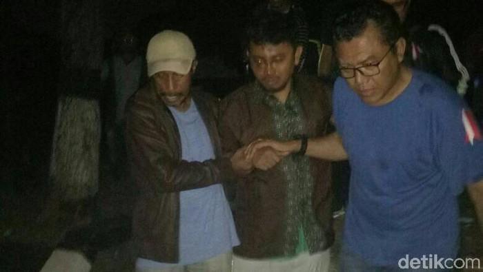 Foto: Bripka Iwan Sarjana (tengah) berhasil diselamatkan. (Istimewa)
