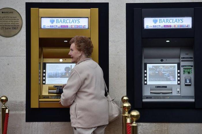 Lima dekade sejak kemunculannya, ATM pertama di dunia diubah menjadi warna emas untuk perayaan ulang tahun kelima puluh. Istimewa/financialexpress.com