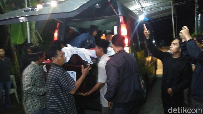 Isak Tangis Mewarnai Saat Jenazah Briptu Wahyu Tiba di Kebumen