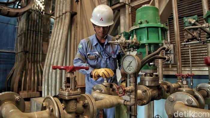 Sejumlah tenaga kerja asing dari Mitsubishi Jepang berada di dalam proyek PLTGU Jawa 2  area PT Indonesia Power UPJP Tanjung Priok, Jakarta Utara.