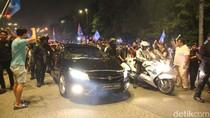 Usai Pelantikan, Mahathir Lambaikan Tangan ke Pendukungnya