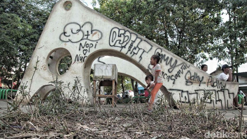 Taman Bermain di Cilincing Jakut Rusak Tak Terawat