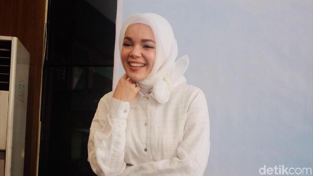 Inspirasi Baju Putih untuk Ramadan ala Dewi Sandra hingga Soraya Larasati