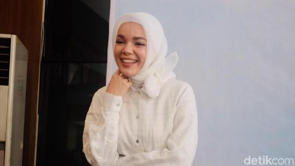 Ramadan, Dewi Sandra Jauhi Urusan Dunia