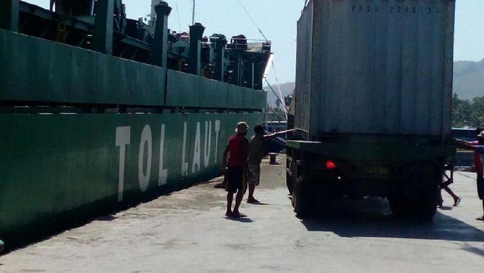 Presiden Jokowi menggelar Tol Laut sejak 2015 untuk memperlancar arus barang ke daerah, terutama terpencil. PT Pelni dipercaya menjalankan program Tol Laut ini.