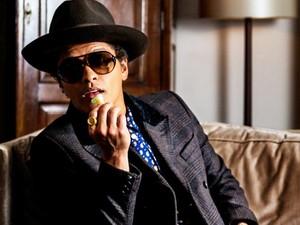 Serunya Pose Bruno Mars Saat Menyantap Buah hingga Minum Champagne