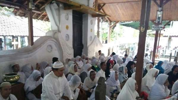Ziarah ke Cirebon, Relawan Jokowi Doakan 5 Polisi Gugur