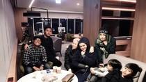 Momen Keluarga Sule Makan Bersama hingga Pose Asyik Bruno Mars Makan Buah