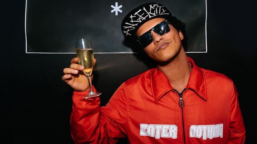 Panggungnya Terbakar, Bruno Mars Dipastikan Baik-baik Saja
