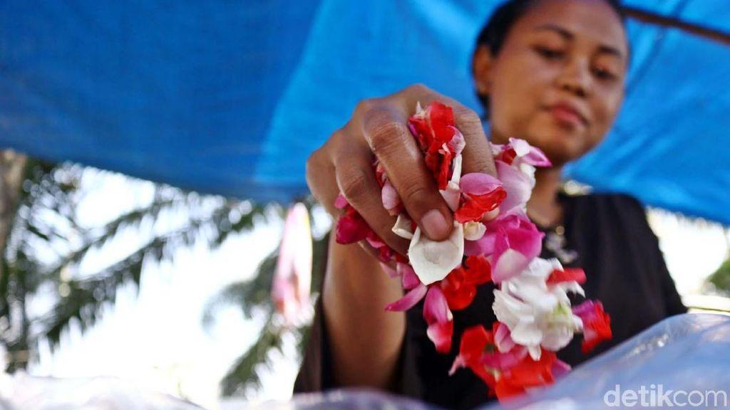 Pedagang Bunga untuk Ziarah Kian Menjamur