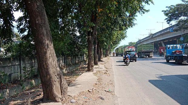 Trotoar rusak di Jalan Cakung-Cilincing Raya