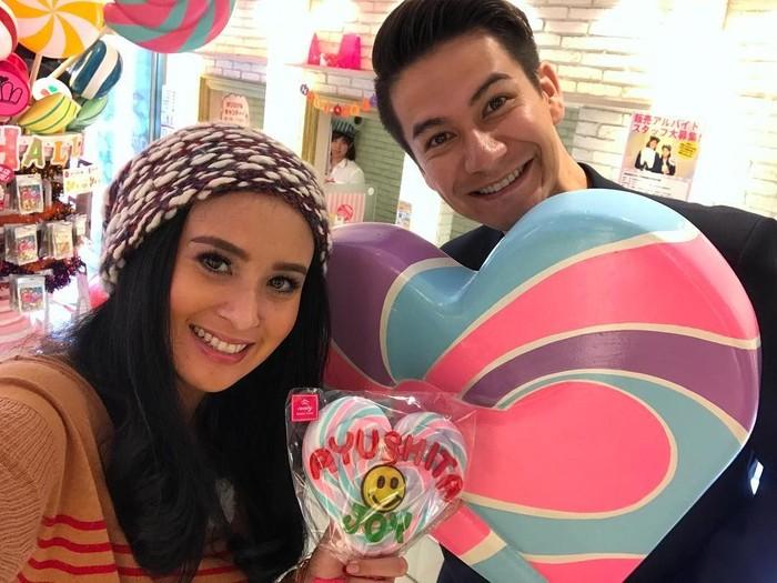 Ini pose Ayu saat main ke toko permen di Jepang. Bersama Joseph Greenwood, Ayu memegang lollipop jumbo bertuliskan namannya. Foto: Instagram ayushita