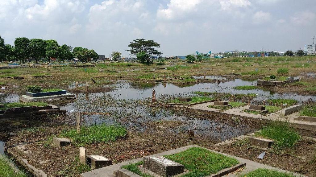 Kuburan di TPU Budi Dharma Cilincing Terendam Air