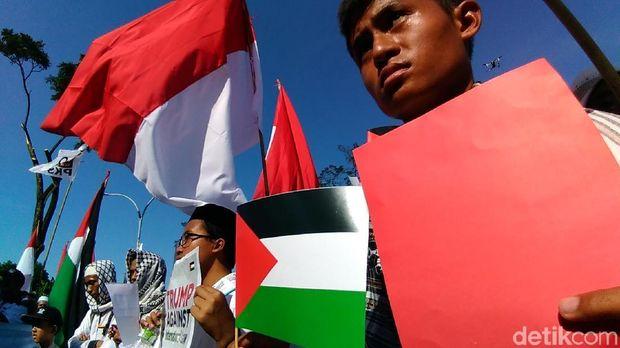 Umat Islam Surabaya Gelar Aksi Bela Palestina di Konjen AS