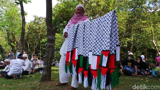 Dari Bogor ke Monas Pria Ini Jualan Pin Aksi Bela Palestina