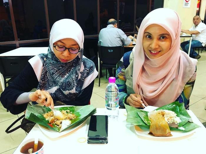 Ini bukan makan malam, lho. Politisi Malaysia berusia 37 tahun ini sedang sarapan Nasi Dagang. Nasi komplet ini mirip nasi gurih atau nasi uduk. Foto: Instagram n_izzah