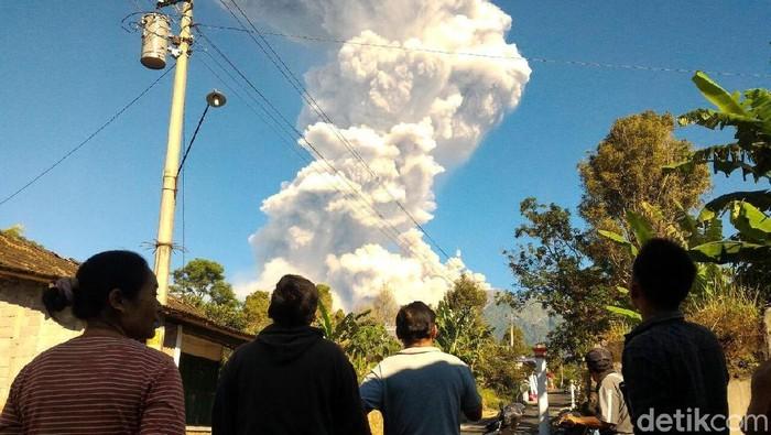 Asap letusan freatik Gunung Merapi. Foto: Ragil Ajiyanto/detikcom