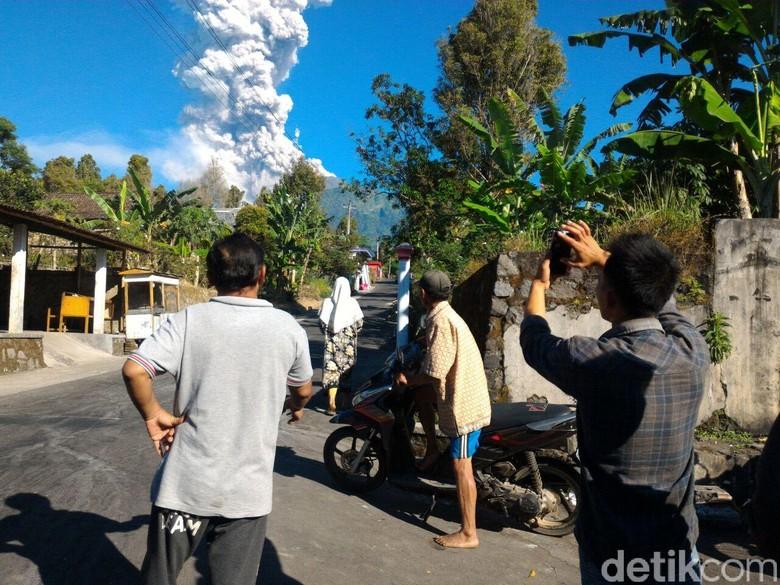 Merapi mengeluarkan asap pagi ini. Foto: Ragil Ajiyanto/detikcom