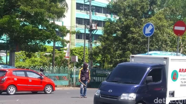 Warga Makassar Keluhkan Kehadiran Pak Ogah yang Bikin Macet