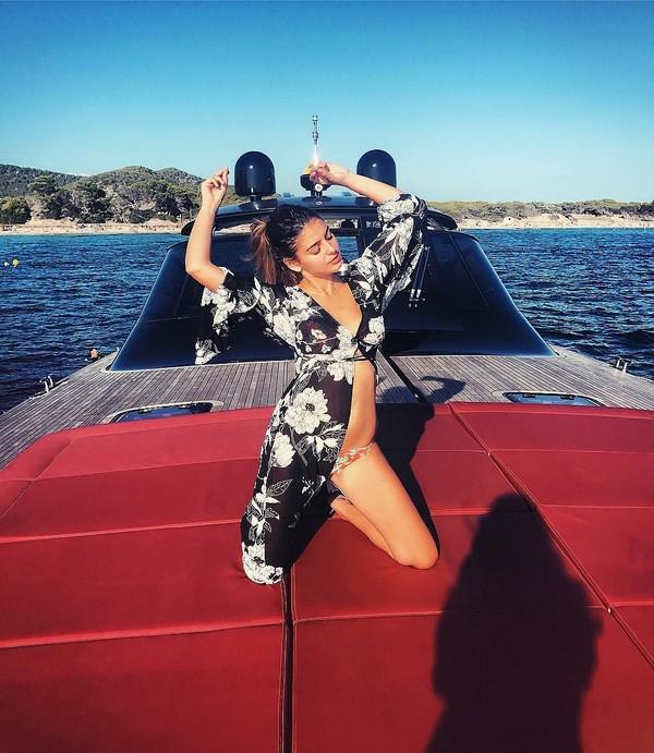 Sebagai seorang model, tentu saja Noa punya tubuh yang aduhai. Begini gayanya saat berfoto di sebuah yacht di Ibiza, Spanyol. (Instagram/Noa Elharar)