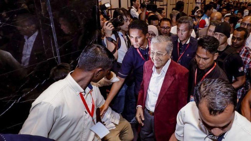 Warga Malaysia Sambut Tumbangnya Rezim Tapi Tetap Waspada
