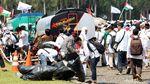 Usai Aksi 115, Massa Bersihkan Sampah di Monas