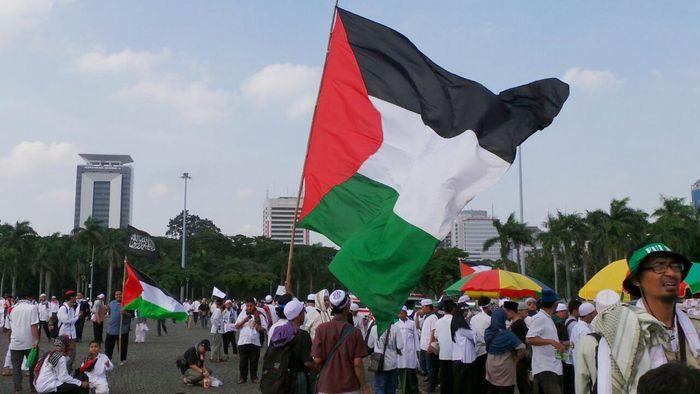 Selalu ada peluang bisnis yang bisa dimanfaatkan dari setiap peristiwa. Contohnya seperti peristiwa aksi bela Palestina hari ini di kawasan Monas Jakarta.