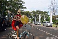 Prajurit Sparta dengan tunggangan sepeda mininya.