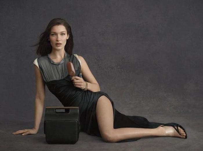 Bella Hadid Jadi Model Iklan Cooler Bag karya Alexander Wang. Foto: Dok. Magnum