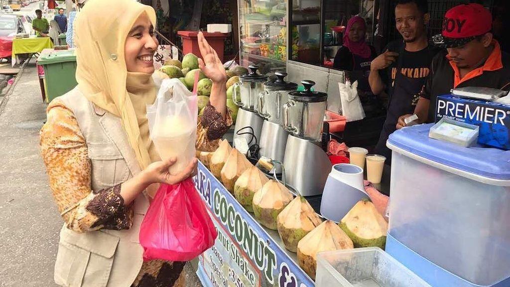 Begini Gaya Santai Nurul Izzah, Putri Sulung Anwar Ibrahim Saat Kulineran