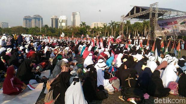 Massa berkumpul di depan panggung