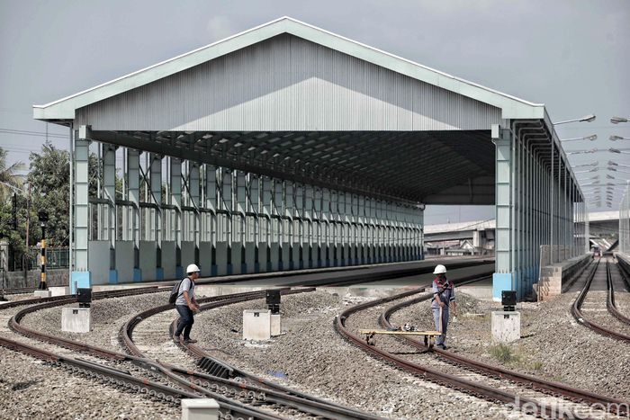 Suasana proyek Double-Double track (DDT) di Cipinang, Jakarta Timur, Jumat (11/5).