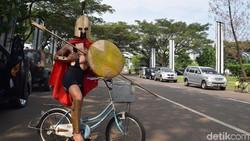 Balapan Anti Mainstream, Naik Sepeda Mini Berkostum Prajurit