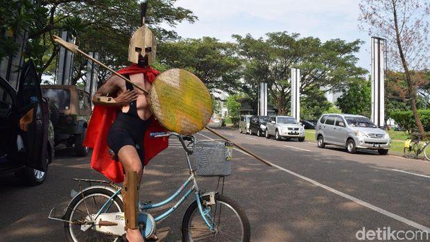 Sepeda boleh karatan, tapi kostum harus tetap kece.
