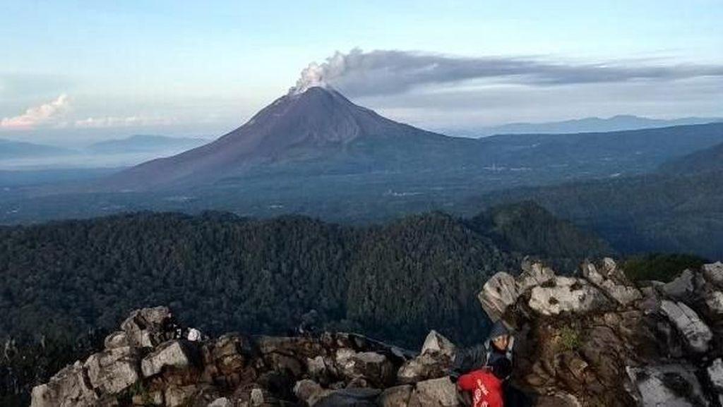 Syahdunya Puncak Gunung Sibayak