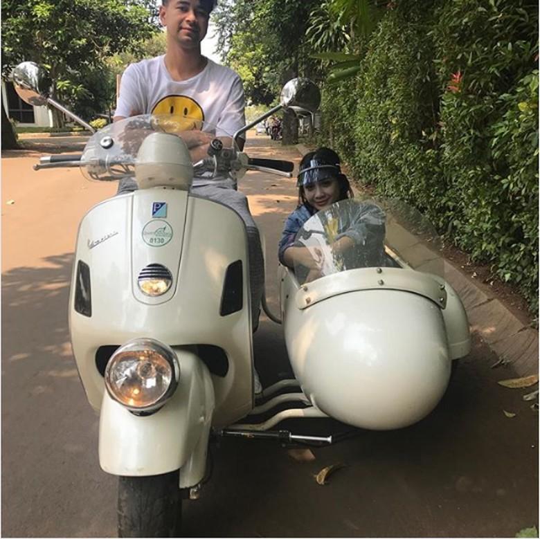 Raffi Ahmad naik Vespa. Foto: Screenshot Instagram