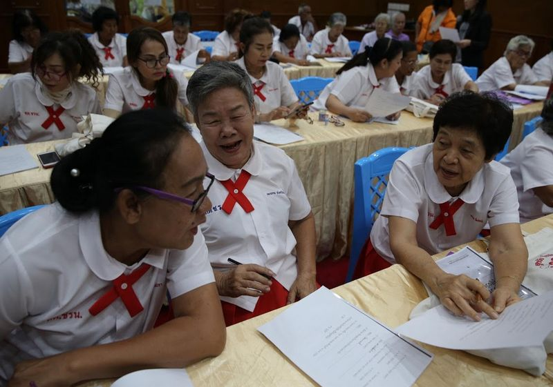Rata-rata lansia yang mengikuti program ini berumur diatas 60 tahun. Mereka adalah para janda, hidup sendirian, dan jauh dari anak-anak mereka. (Athit Perawongmetha/Reuters)