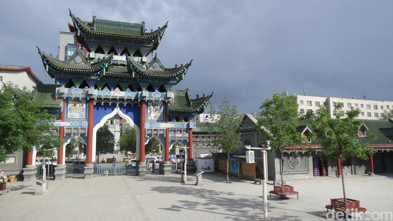 Di daerah otonomi Xinjiang, China, wisatawan bisa menikmati jejak peradaban Islam. Di Chang Ji, ada pusat wisata kuliner halal yang lezat (Fitraya/detikTravel)