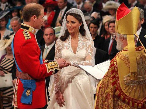 Kate Middleton menggunakan tiara milik Ratu Elizabeth II saat menikahi Pangeran William.