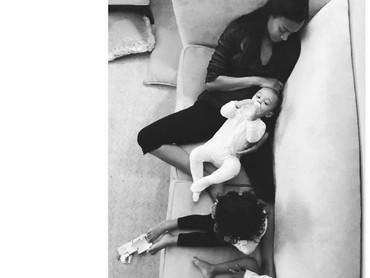 Ketika menjalani perannya sebagai ibu, Zoe bisa sesantai ini sama anak-anaknya. (Foto: Instagram/zoesaldana)