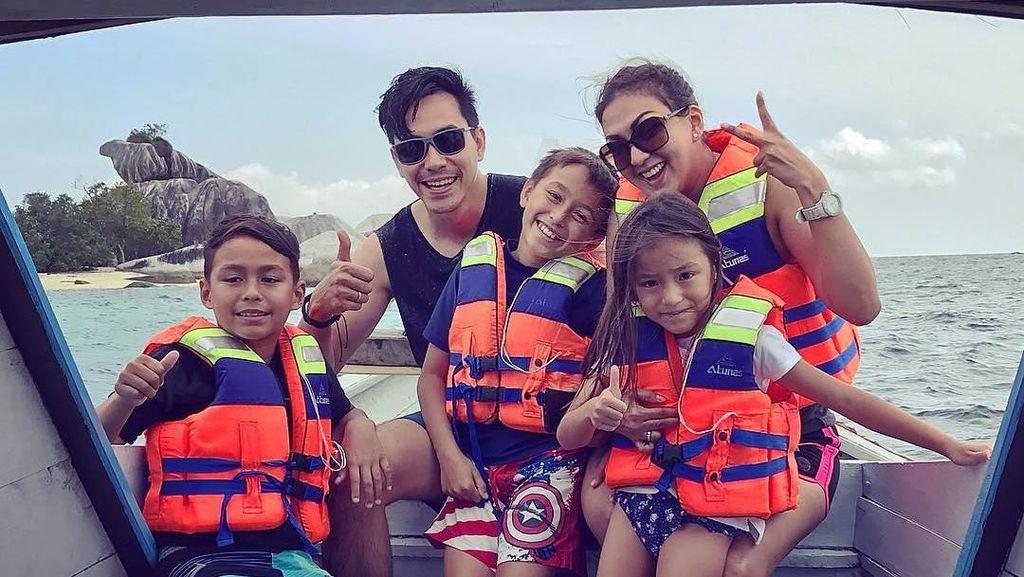 Potret Keluarga Sehat Darius-Donna Agnesia, Kompak Olahraga Bareng!