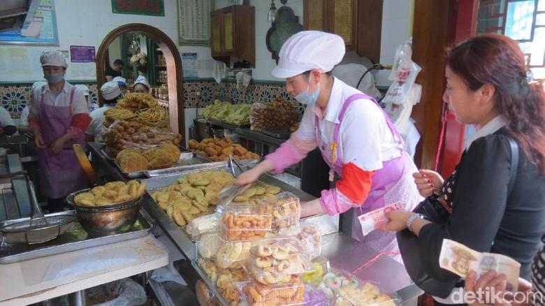 Wisatawan membeli camilan halal di Changji (Fitraya/detikTravel)