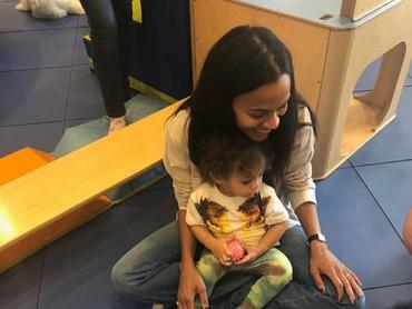 Bunda dan anaknya ini lagi lihat apa ya sampai senyum begitu. Hi-hi-hi. (Foto: Instagram/zoesaldana)