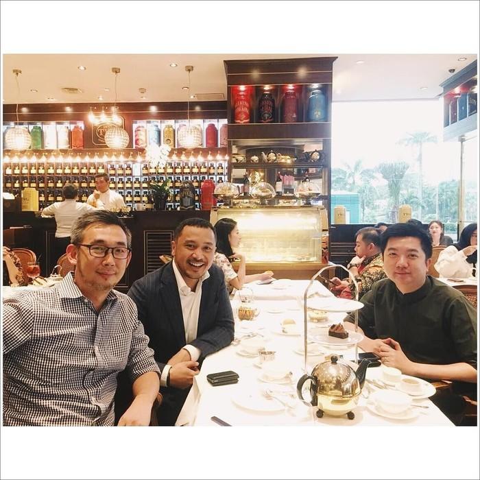 Di sebuah butik teh di Jakarta, Giring sedang nge-teh sore bersama dua sahabatnya. Pemilik nama asli Giring Ganesha ini mengaku kagum dengan sahabatnya ini lho! Foto: Instagram giring