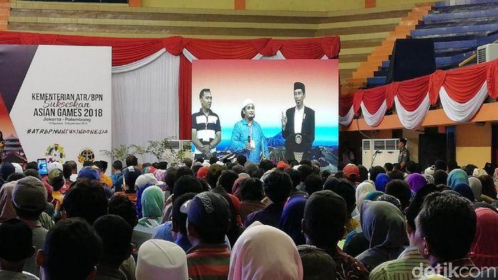 Presiden Jokowi bagi-bagi sertifikat tanah di Pasuruan/Foto: Muhajir Arifin/detikcom