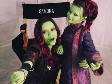 Saat jadi Gamora, Zoe juga tetap dekat dengan anak-anak lho. (Foto: Instagram/zoesaldana)